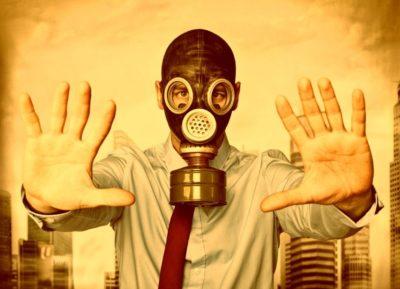 Gente tóxica: 10 tipos de viajeros tóxicos para evitar a toda costa hombre mascara de gas hombre toxico viajero toxico turista toxico