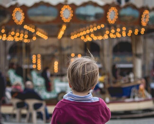 niño calesita carrusel viajar a europa con niños