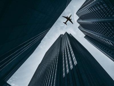 millas promos aereas avion edificios vuelos baratos avion pasando entre edificios