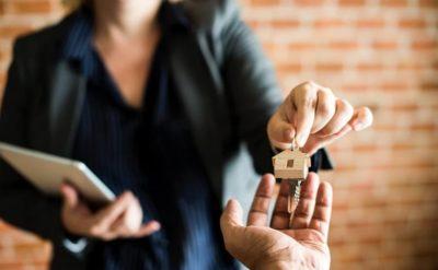 mujer alquilando o comprando comprar casa en españa